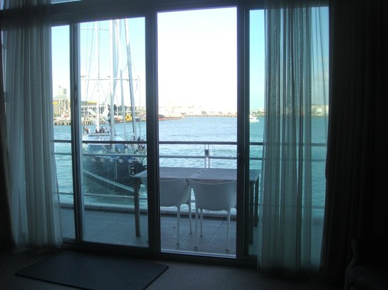 Auckland Waterfront Serviced Apartments: Passing Yacht