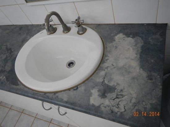 Ningaloo Caravan & Holiday Resort: Bathroom Sink Stains