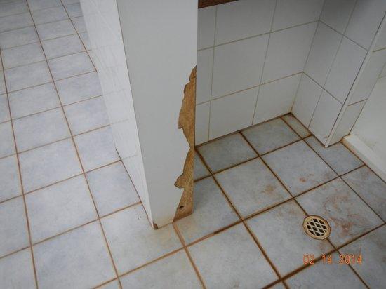 Ningaloo Caravan & Holiday Resort: Peeling Shower Stalls