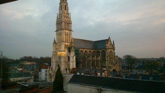 Mercure Valenciennes Centre Hotel: vue de la chambre, 5e étage, la basilique du Saint-Cordon de jour