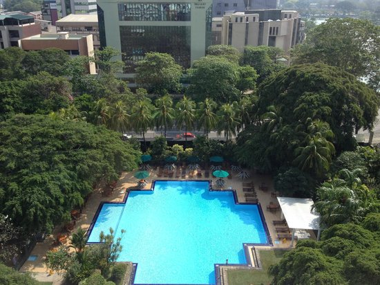 Cinnamon Grand Colombo : Street level pool