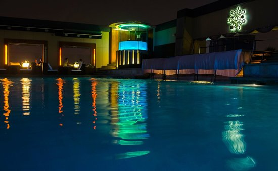 Pacific Regency Hotel Suites : The Pool Bar on level 33
