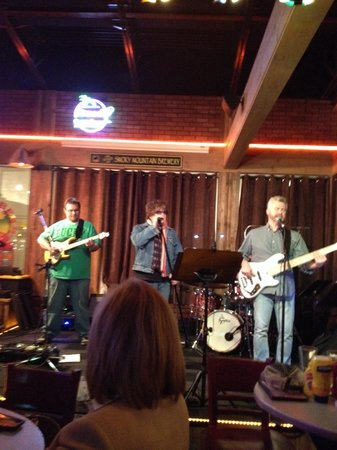 Smoky Mountain Brewery & Restaurant: Some band...pretty good too!