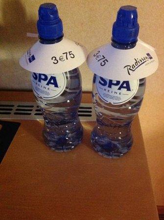 Radisson Blu Palace Hotel, Spa : l'arnaque... le prix de la petite bouteille d'eau de Spa dans la chambre... à ce prix, buvons l'
