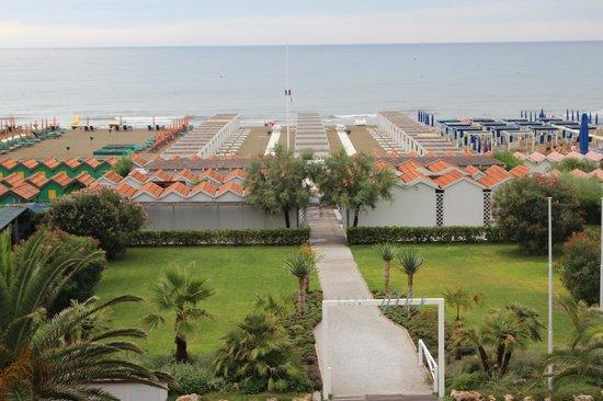 Villa Grey: Вид из номера с балконом на пляж