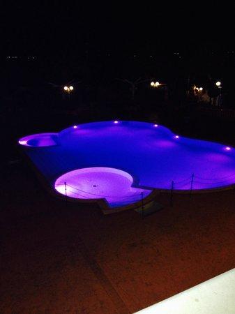 Villaggio San Giovanni: Ecco la bellissima piscina che si vedeva dalla camera