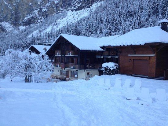 Hotel Les Prodains : L'hôtel en arrivant à ski...