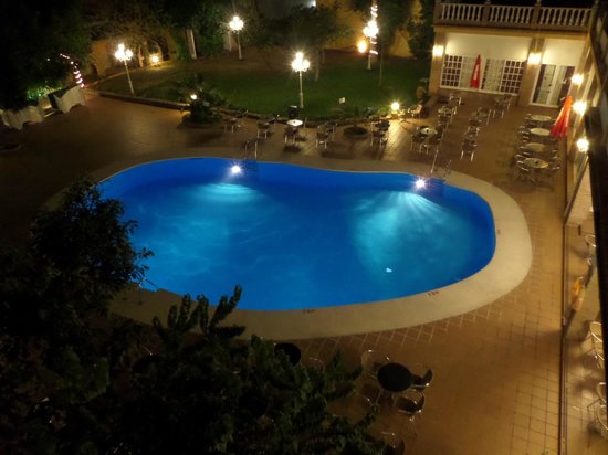 Hotel Villa Flamenca: night view of pool from room