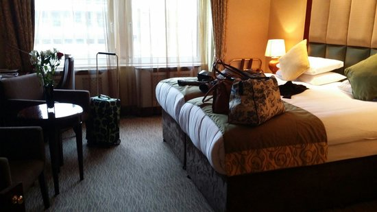 The Shaftesbury Premier London Paddington : Club twin room. Lovely comfy beds