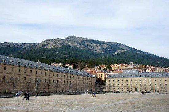 Monasterio y Sitio de San Lorenzo de El Escorial: Центральная площадь перед входом