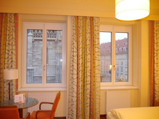 Hotel Am Stephansplatz: View from room to Cathedral