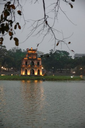 Lake of the Restored Sword (Hoan Kiem Lake): Hoan Kiem świątynka