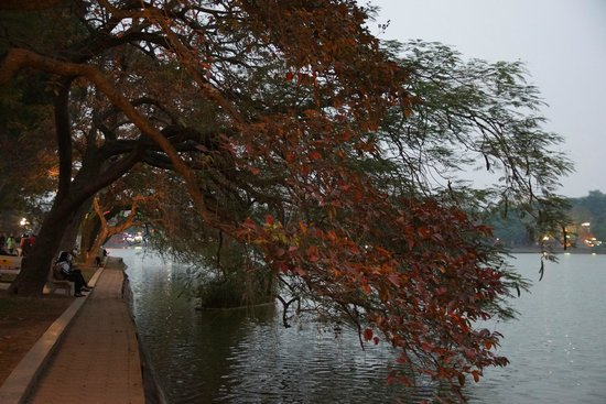 Lake of the Restored Sword (Hoan Kiem Lake): Hoan Kiem wieczorem