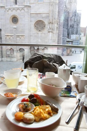 Hotel Am Stephansplatz: Complimentary Continental Breakfast by the window