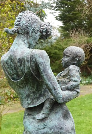 The Gibberd Garden: mother and child
