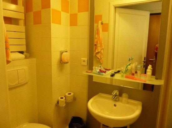 Hotel Le Grillon: Salle de bains avec gel lavant