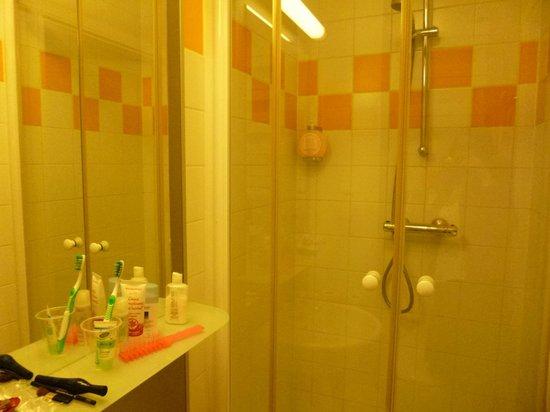 Hotel Le Grillon: Douche