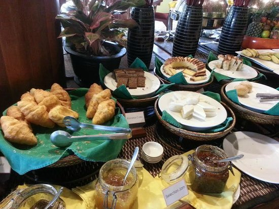 Royal Crown Hotel & Spa : Cakes and breads for breakfast