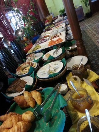 Royal Crown Hotel & Spa : A selection of foods available for breakfast
