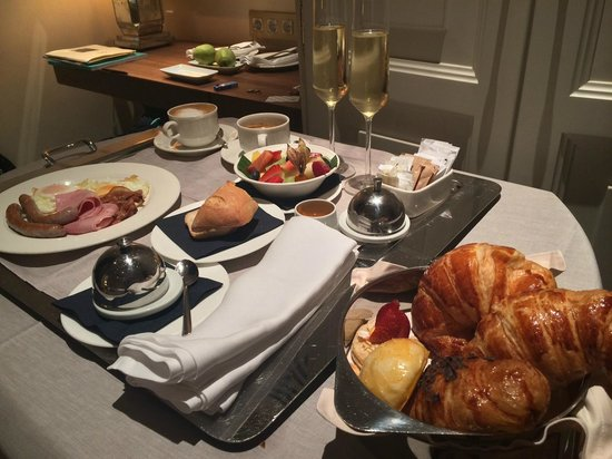 Hotel DO: A la carte breakfast brought to the room at no extra charge