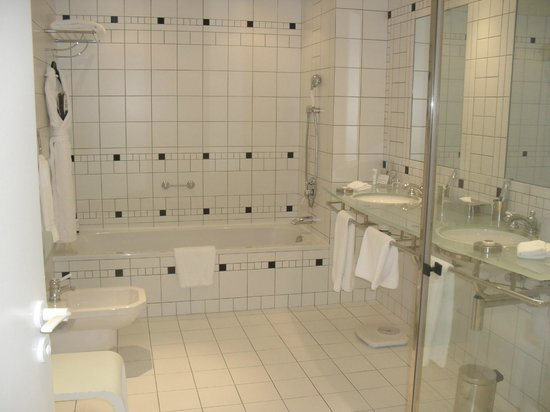 L'Agapa Hotel SPA Nuxe : Lavabo, bidet et baignoire