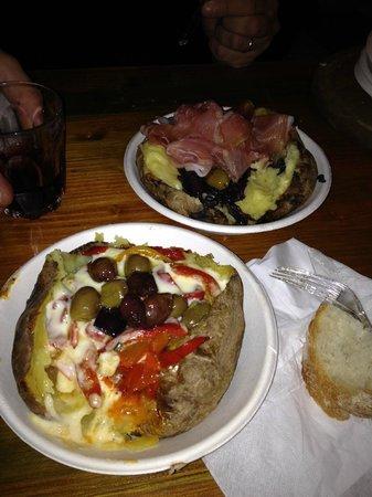 Poormanger: Patata peperoni, fonduta di toma e olive - Patata radicchio, taleggio crudo
