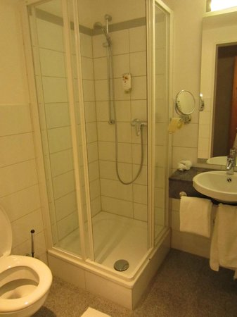 CityClass Hotel Europa am Dom: душевая кабина тесновата, но ваннная комната чистая