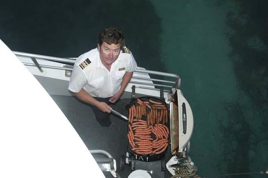 Jervis Bay Wild Cruises: the skipper helping out