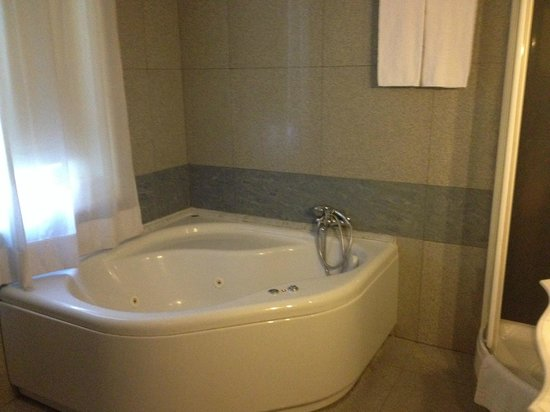 Welcome Piram Hotel : Grande salle de bain