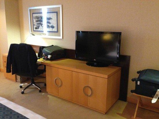 Crowne Plaza Shanghai Fudan : TV / desk offer enough space