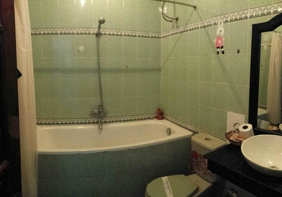 Hoang Trinh Hotel: Bathroom..