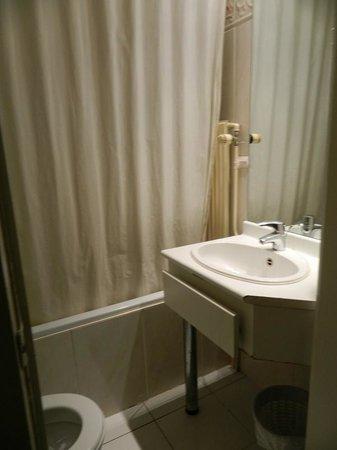 La Madeleine Grand Place Brussels: el baño diminuto y viejo