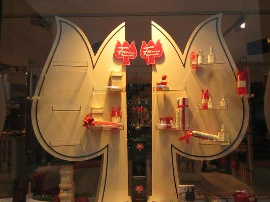 Fragrance Museum Farina-House: Витрина магазина Фарина