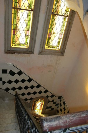Houses, Alexis and Mary No 1 and No 2: Vidríos de epoca colonial en la escalera
