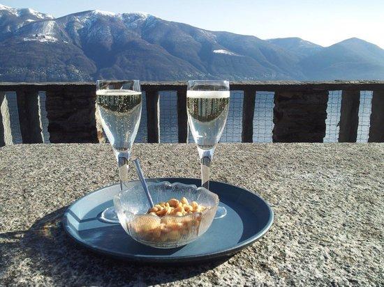 Hotel Collinetta : Blick vom Hotelgarten auf die Berge
