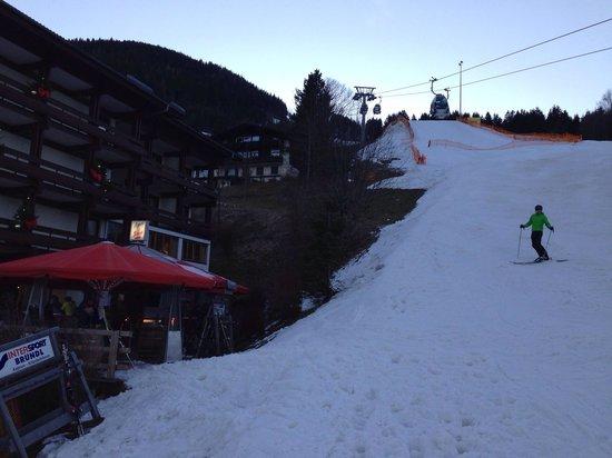 Sporthotel Alpin: El acceso a la pista desde la terraza del hotel