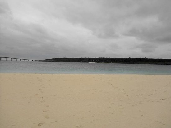 Yonaha Maehama Beach: 来間島はすぐ目の前