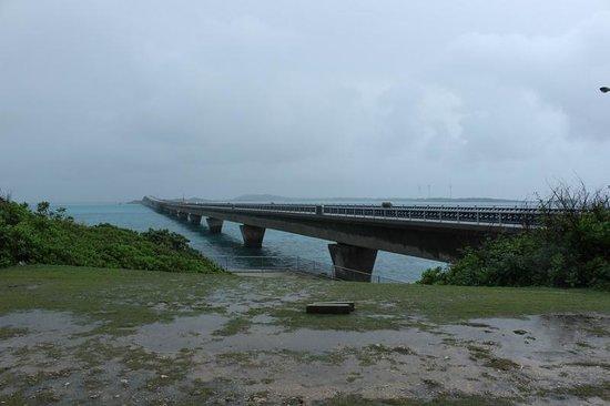 Ikema Ohashi Bridge: 池間島側の橋の袂から