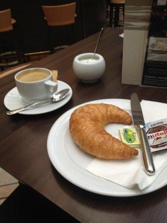 Estrel Berlin: Café da manhã no Bar (5 euros)
