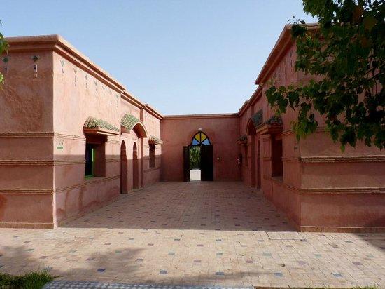 Hotel Le Riad: Pavellones de habitaciones y salida a parking