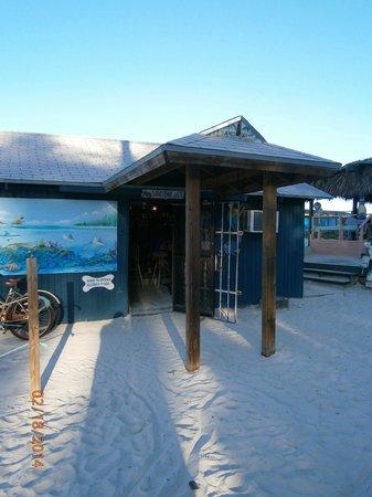 Margarita Villa: Entering the best beach bar.