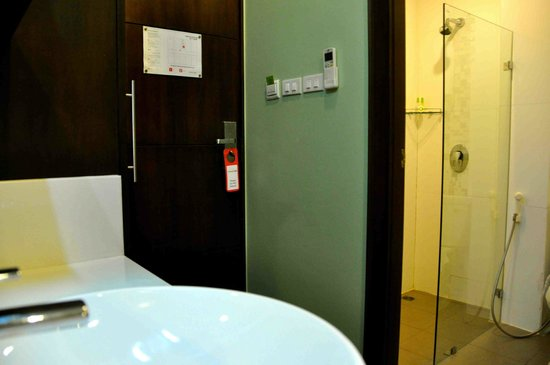 iCheck Inn Silom: Bathroom and sink