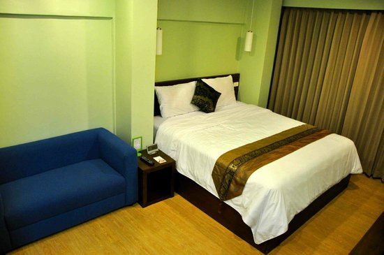 iCheck Inn Silom: Bed & Sofa