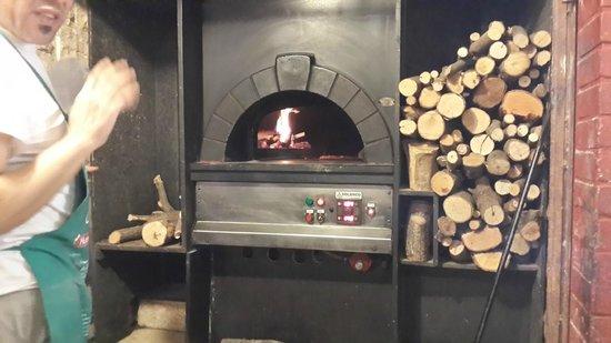 Mamamia: wood brick oven