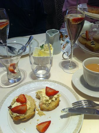Le Bouchon Hotel: champagne afternoon tea