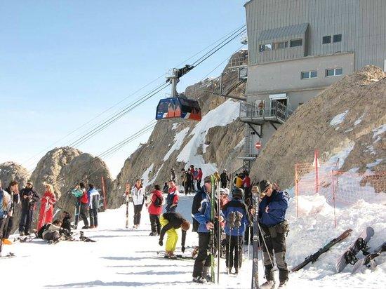 Hotel Malga Ciapela : Stacja kolejki na szczycie Marmolady
