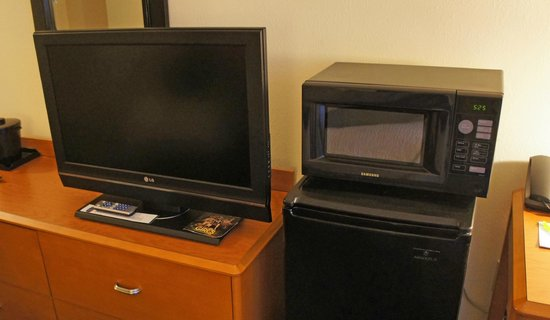 Fairfield Inn & Suites Auburn Opelika: TV Microwave and Refrig