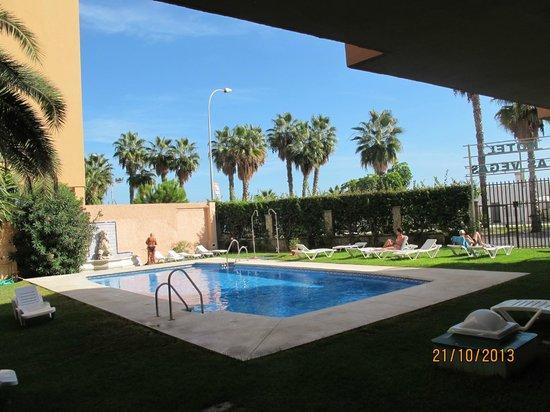 Las Vegas Hotel : Во дворике отеля бассейн, если перейти дорогу - пляж