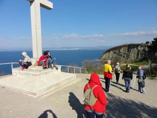 Svoboda Hotel: Cross monument on top of the hill passing by to Izola