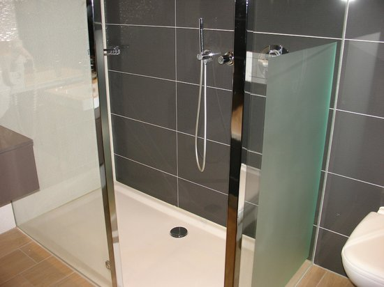 Van Der Valk Hotel Almere: Bathroom (huge walk-in shower with rain shower)